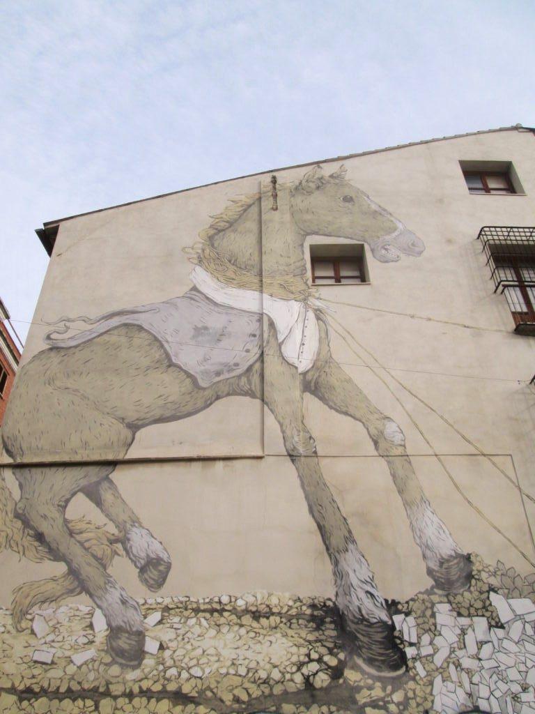 Stree Art a Valencia: i murales e l'arte urbana del Barrio del Carmen - Cavallo trainato da lumache di Dehi