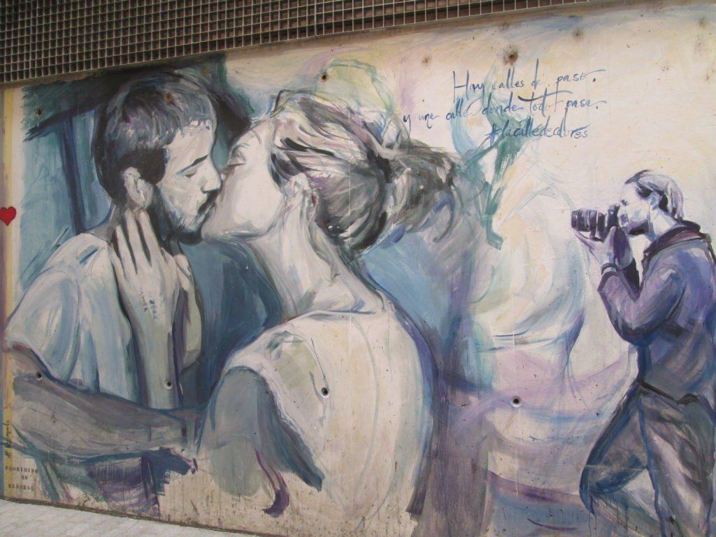 Stree Art a Valencia: i murales e l'arte urbana del Barrio del Carmen - Carrer Moret coppia che si bacia a Londra